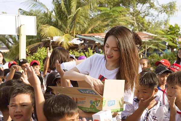 Hương Giang giản dị đi làm từ thiện.