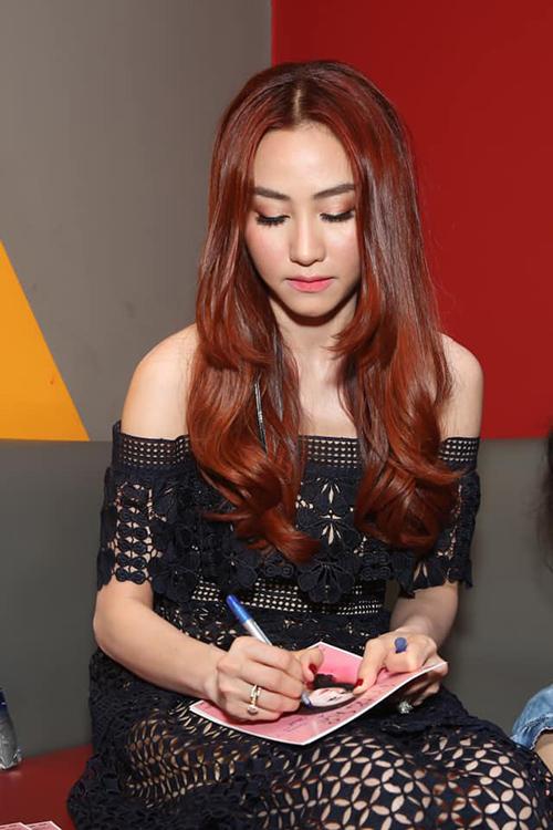Ngân Khánh tất bật khi quảng bá cho dự án phim Quý cô thừa kế vừa ra mắt.