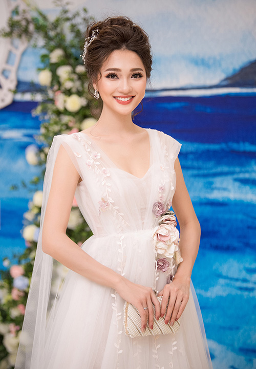 Nhan sắc rực rỡ của Ngọc Nữ trong bộ váy trắng của ntk Phương Linh, cô thu hút sự chú ý của khách mời và các bạn Sv ngay từ khi cô bước chân đến địa điểm tổ chức.
