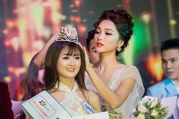Không lo ngại mái tóc của mình có thể bị bung ra mà ảnh hưởng nhan sắc, hành động đẹp của Ngọc Nữ khiến nhiều người thích thú.