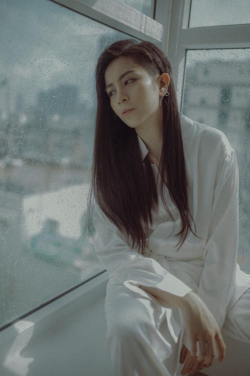 Bên cạnh giai điệu buồn nao lòng, ca từ của bản ballad này dễ dàng tạo nên sự đồng cảm cho những khán giả đã hoặc đang trải qua những tan vỡ trong tình yêu. Nữ ca sĩ đang dự định sẽ thực hiện MV cho ca khúc.