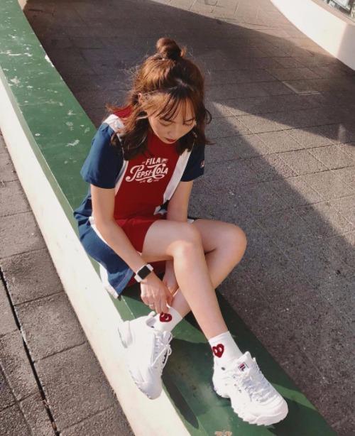 Suốt năm 2018, không khó để bắt gặp những bức hình street style sành điệu của giới trẻ từ Hàn đến các nước châu Á như Việt Nam, Thái Lan... với đôi sneakers huyền thoại này.