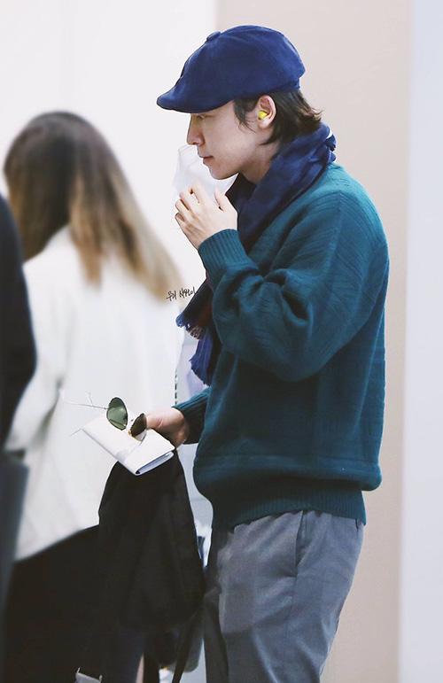 Dong Hae gây bất ngờ với hình tượng ông chú đầy cổ diển với áo cardigan, mũ beret.