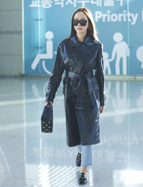 Chất liệu da giúp Jessica thể hiện nét cá tính, cool ngầu ở sân bay.