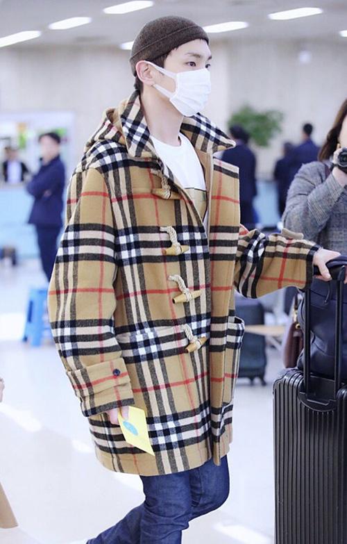 Key luôn là idol có gu thời trang độc đáo, bắt kịp xu hướng. Kiểu áo khoác nút gỗ cổ điển được nâng tầm hơn nhờ họa tiết của Burberry.