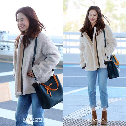 Song Ji Hyo luôn trang điểm nhạt, khoe nét đẹp tự nhiên ở sân bay.