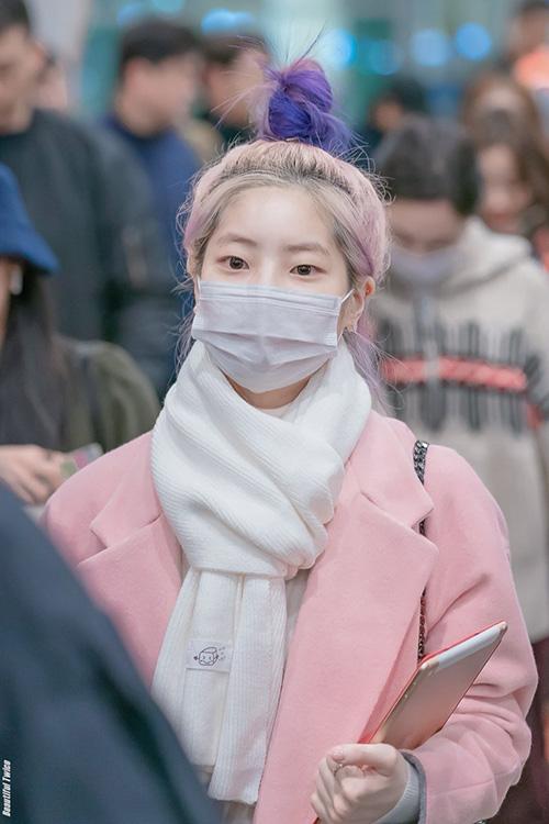 Da Hyun nổi tiếng với kiểu tóc búi đặc trưng. Vì phải bay chuyến đêm nêm các thành viên Twice đều mặc ấm, chuẩn bị khăn quàng kín đáo.