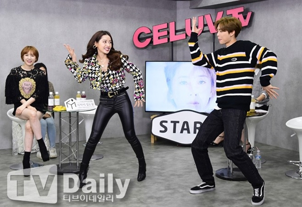 Trước sự đón tiếp nhiệt tình của Jonny và Seo In Young, Chi Pu càng thêm tự tin và giúp buổi giao lưu thêm phần sôi động.