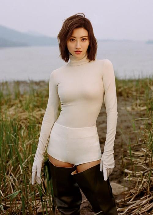 Cảnh Điềm cao 1,67m, vóc dáng nhỏ nhắn nhưng sở hữu vòng một nảy nở sexy, thường xuyên góp mặt trong top sao có body quyến rũ. Mỹ nữ Bắc Kinh vốn học múa nên thân hình dẻo dai, gọn gàng.