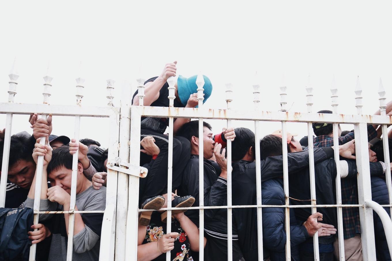 <p>Một phụ nữ quyết định leo rào, xông lên, bất chấp phải giẫm lên đầu, lên cổ người khác.</p>
