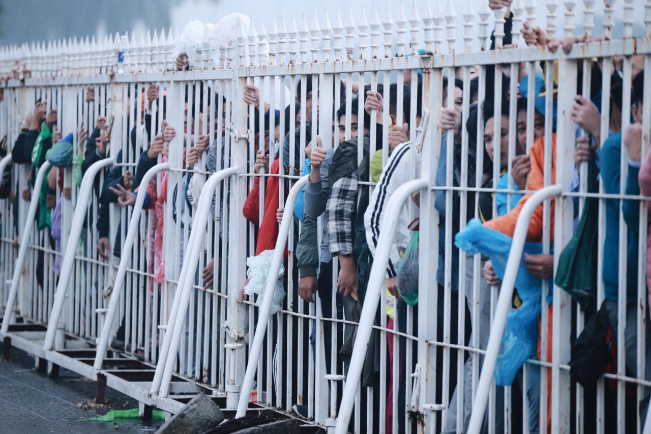 Biển người chen lấn, leo rào mua vé xem AFF Cup