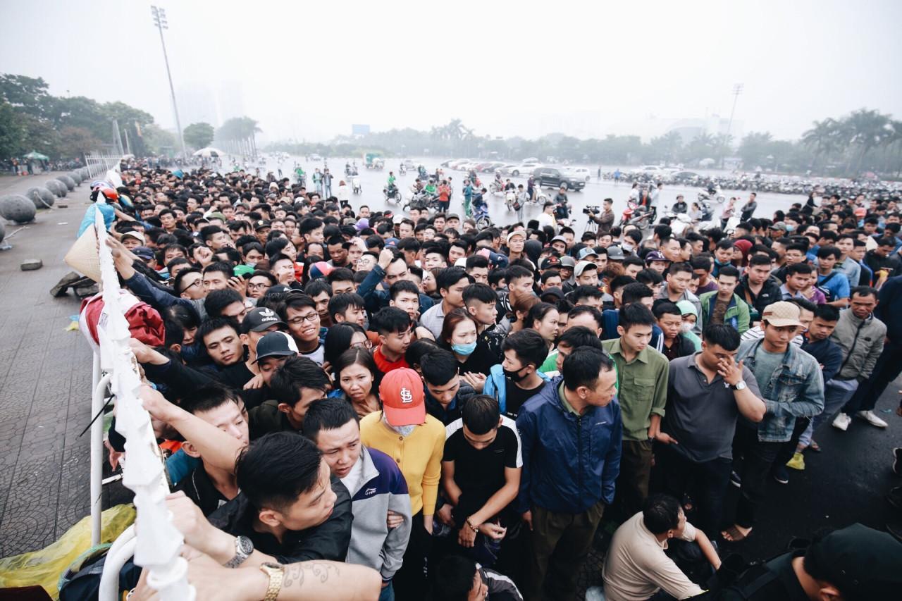 <p>Ban tổ chức trận Việt Nam vs Malaysia mở bán lúc 8h sáng 11/11. Sáng nay, biển người từ khắp nơi vẫn tiếp tục tràn về Sân vận động Mỹ Đình, Hà Nội.</p>