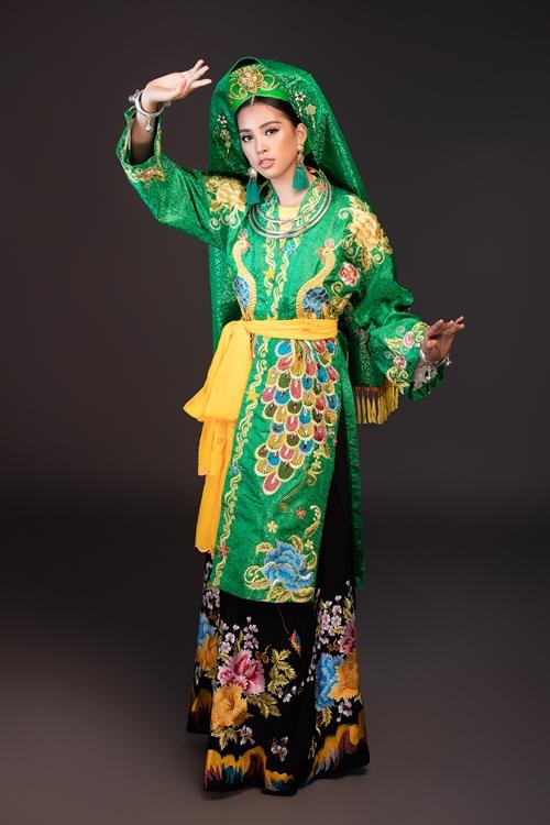 [Caption]  Hoa hậu Tiểu Vy mang điệu múa chầu văn - một loại hình nghệ thuật cổ truyền của Việt Nam gắn liền với nghi thức hầu đồng đến với Miss World. Để thể hiện được nó, Tiểu Vy đã tập luyện nhiều tuần liền trước khi chính thức lên đường. Người đẹp phải tập múa với đuốc nến trên hai bàn tay, các động tác đòi hỏi sự mềm dẻo, tinh thần, ánh mắt phiêu lãng mang tính chất tâm linh của đạo Mẫu.