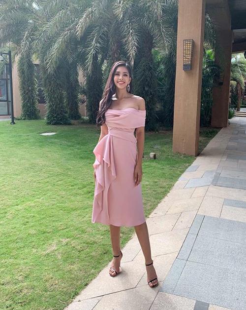 Để chuẩn bị cho lần chinh chiến ở Miss World 2018, Trần Tiểu Vy đầu tư kỹ lưỡng vào khoản trang phục. Cô nhận được sự hỗ trợ từ những nhà thiết kế hàng đầu Việt Nam. Diện mạo của người đẹp trong những hoạt động đầu tiên ở cuộc thi vì thế mà cũng nhận được nhiều lời khen ngợi. Đặc trưng trong phong cách của Tiểu Vy là các kiểu đầm cocktail nữ tính, tôn lên đường cong, đặc biệt trong số đó màu hồng chiếm đa số. Ở ngày đầu, đại diện Việt Nam diện bộ váy xếp nếp duyên dáng của NTK Lê Thanh Hòa.