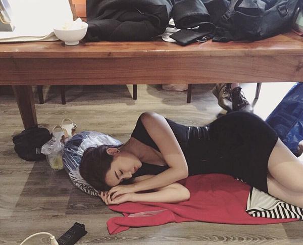 Cao Thái Hà khiến fan xót thay vì quay phim mệt mỏi, phải ngủ vùi ngay dưới gầm bàn.