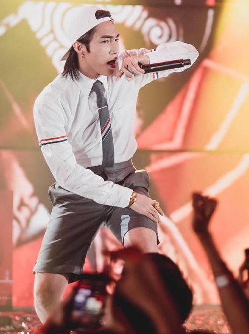 Sơn Tùng từng bị cho là copy phong cách của G-Dragon khi diện chiếc áo này lên sân khấu.