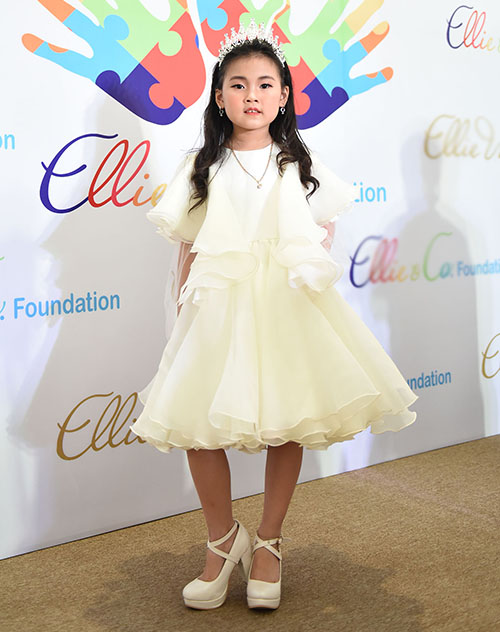 Một cô nhóc chia sẻ bắt đầu tập đi giày cao gót từ lúc 5 tuổi vì rất yêu thích thời trang và công việc người mẫu. Chỉ sau khoảng 1 năm, các cô nhóc đã có thể chinh phục giày cao gót một cách chuyên nghiệp.