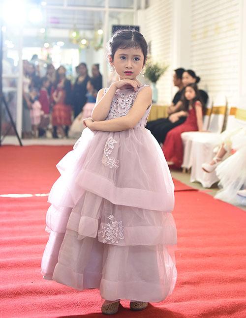 Dàn mẫu nhí mới 5-6 tuổi đã catwalk cực đỉnh với giày cao 7 cm - 7