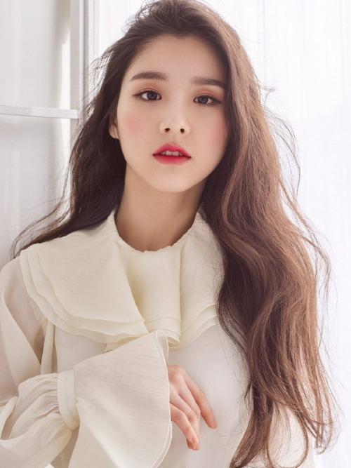 Giữa một rừng idol thế hệ mới, ai cũng trẻ trung xinh đẹp, thì Hee Jin lại nổi lên như một mỹ nhân thuộc hàng hiếm có khó tìm.