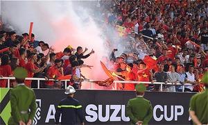 Dàn tuyển thủ Việt Nam kêu gọi fan 'nói không với pháo sáng'