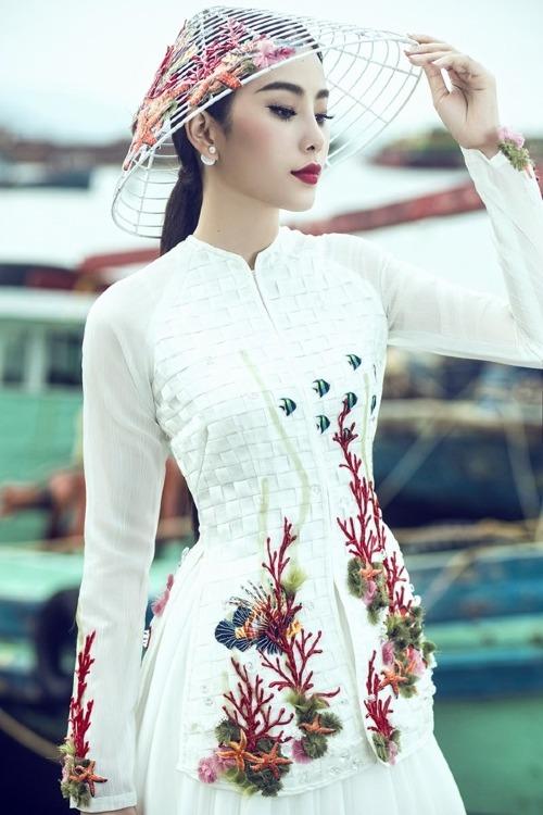 Thay vì chọn áo dài, Nam Em chọn áo bà ba cách điệu và mấn đội đầu để tạo nên phần khác biệt cho bản thân tại Hoa hậu Trái đất 2016.