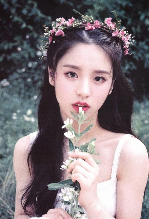 Có nhiều góc ảnh, gương mặt của cô nàng gợi liên tưởng đến vẻ đẹp của Eun Ha (GFriend) và diễn viên Min Hyo Rin.