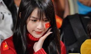 Fox Sports Asia ngỡ ngàng trước vẻ đẹp của fan girl bóng đá Việt