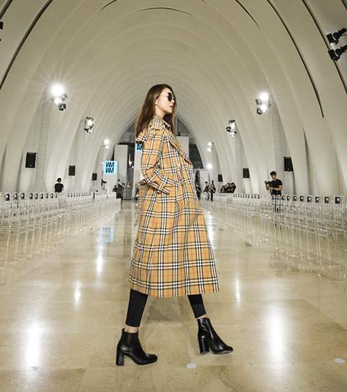 Chiếc trench coat của Burberry mang đến cho Thanh Hằng vẻ đẳng cấp ở sân bay.