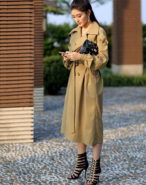 Huyền My cũng chọn trench coat đơn giản mà sang trọng cho những ngày xuống phố mùa đông.