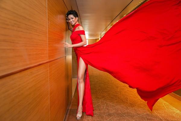 HHen Niê trong trang phục của NTK Linh San.
