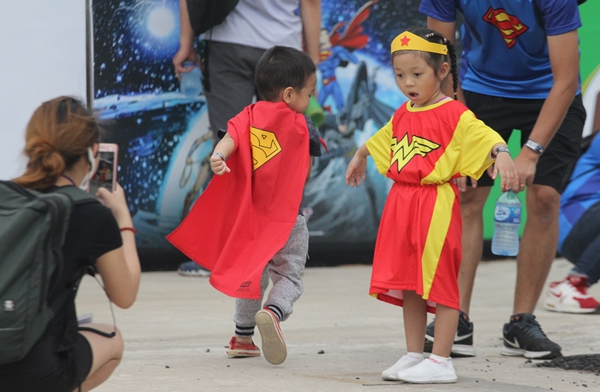 Từ người lớn đến trẻ em đều được hóa trang thành siêu anh hùng qua những bộ quần áo, phụ kiện đặc trưng.