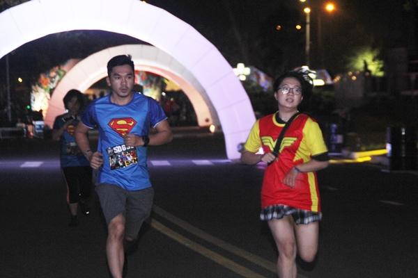 Các siêu anh hùng mướt mồ hôi, băng băng về đích để được nhận huy chương chứng nhận từ DC, phát hành độc quyền tại sự kiện.