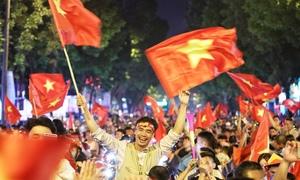 Phố phường náo động ăn mừng Việt Nam thắng bán kết lượt đi