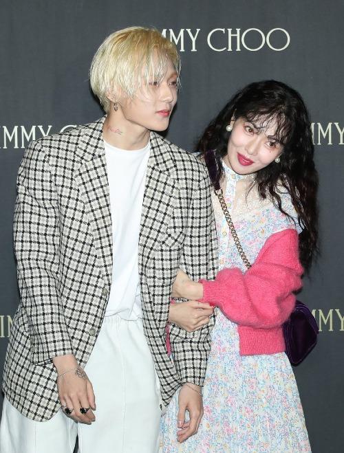 Sau khi dự một sự kiện cùng EDawn ngày 29/11 mới đây, Hyun Ah khiến nhiều fan thất vọng vì diện mạo kém sắc. Gương mặt gầy gò sau quãng thời gian tụt cân cộng trang phục không phù hợp và mái tóc xoăn xù khiến cô trông già hơn hẳn bạn trai.