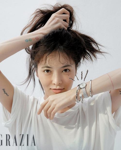 Trong khi đó, một số fan cho rằng sự thụt lùi về ngoại hình không phải do Hyun Ah xuống sắc mà vì lựa chọn phong cách không phù hợp. Nếu cô ấytrang điểm nhẹ nhàng như trong bộ ảnh chụp cho tạp chí Grazia mới đây thì vẫn rất xinh đẹp mà, một fan bình luận.