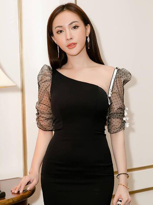 Nhan sắc mới mẻ của Phương Oanh khiến nhiều người liên tưởng đến Kelly Nguyễn - hot girl nổi tiếng với gần chục lần đập mặt đi xây lại.