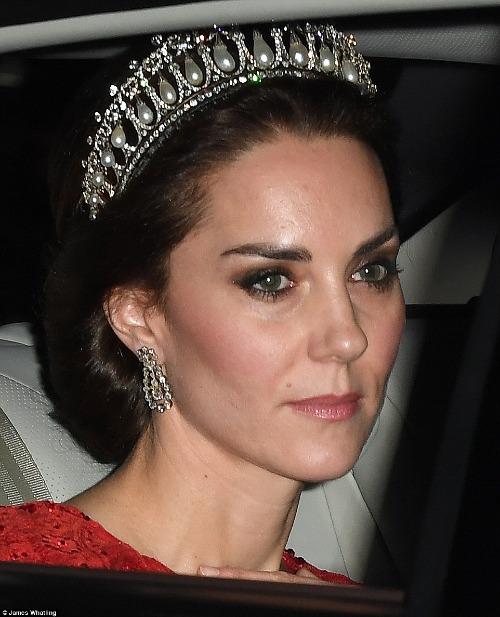 Trước đây, Kate từng nhiều lần đội chiếc vương miện Lovers Knot Tiana nổi tiếng này trong các dịp trang trọng đặc biệt.