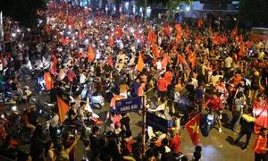 Hàng nghìn người xuống đường 'náo loạn' mừng Việt Nam vào chung kết AFF