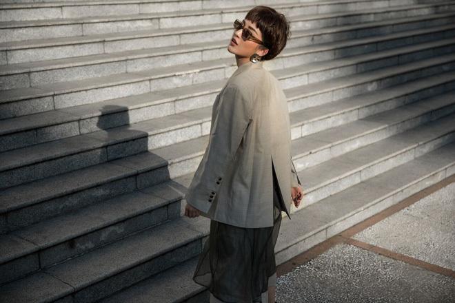 <p> Huyền My mix & match set đồ cá tính phối chân váy voan xuyên thấu và áo vest oversize mà các tín đồ thời trang thế giới đang ưa chuộng. Phụ kiện mắt kính và hoa tai tiếp tục được thay đổi để làm điểm nhấn cho set đồ này.</p>