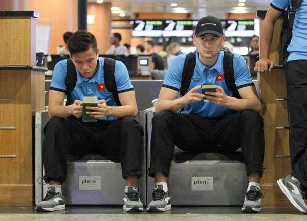 Quế Ngọc Hải - Văn Lâm ở sân bay.
