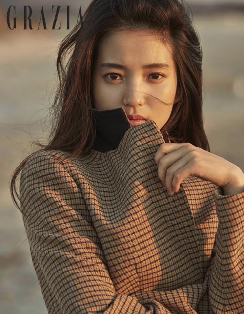 Kim Tae Ri chuộng style trang điểm tự nhiên đơn giản, trong veo như sương. Điểm nhấn của cô nàng là đôi mắt và đôi lông mày rậm cá tính.