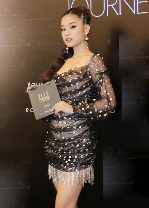 Tham dự fashion show Elle Fashion Journey tối qua, Hoàng Yến Chibi đột phá phong cách khi diện chiếc váy siêu mỏng đính kim sa lấp lánh. Cô nàng kết hợp cùng boots, kiểu tóc và cách trang điểm rất cá tính.