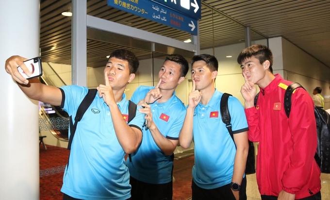 <p> Sau khi tham dự trận chung kết lượt đi tại Malaysia vào ngày 11/12, đội tuyển Việt Nam trở về nước vào tối 12/12.Với kết quả hòa 2-2 ở trận chung kết lượt đi, tuyển Việt Nam có lợi thế lớn để giành cúp vô địch AFF Cup 2018 khi được thi đấu trận lượt về trên sân nhà ở Mỹ Đình vào 19h30 ngày 15/12.</p>