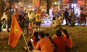 Hậu ăn mừng, người Sài Gòn vạ vật chờ 'bão tan' để về nhà