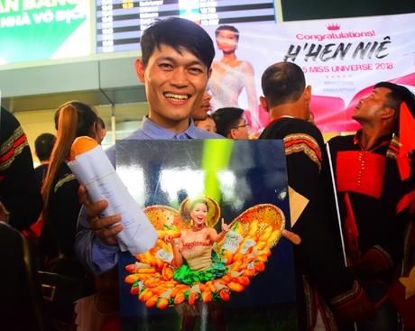 Người thân đến sân bay, mang cả bánh mỳ chờ H'Hen Niê trở về
