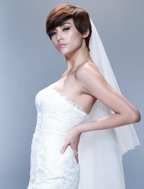 Gương mặt góc cạnh của Võ Hoàng Yến cũng khá phù hợp với mốt tóc pixie.