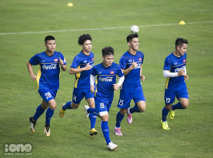 """<p> 10h sáng 21/12, toàn đội có mặt tại sân bóng của Liên đoàn Bóng đá Việt Nam tiến hành tập luyện cho trận giao hữu với Triều Tiên vào ngày 25/12 tại SVĐ Mỹ Đình.<br /><br /> Sau 4 ngày xả trại, toàn đội đều """"lên dây cót"""" tinh thần, chuẩn bị cho một trong những mục tiêu quan trọng của năm 2019 - Asian Cup.</p>"""