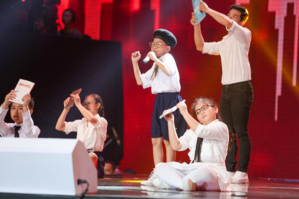 Nguyễn Minh Chiến (team Bảo Anh - Khắc Hưng) khiến sân khấu như chao đảo với ca khúc Bùa thi được biến tấu từ hit Bùa yêu của nữ ca sĩ Bích Phương. Màn trình diễn giúp Minh Chiến khoe cả khả năng diễn xuất, bản lĩnh sân khấu.