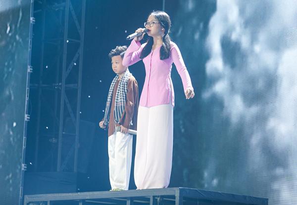 Á quân Giọng hát Việt nhí 2013 Phương Mỹ Chi và cậu bé triệu view Nguyễn Minh Chiến kết hợp với liên khúc Gợi nhớ quê hương - Quê em mùa nước lũ.