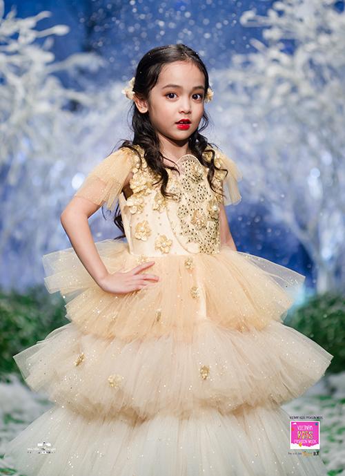 Diễn viên - mẫu nhí Lưu Diệp Anh lộng lẫy trong thiết kế dạ hội từ thương hiệu Lovekids diễn mở màn chương trình.